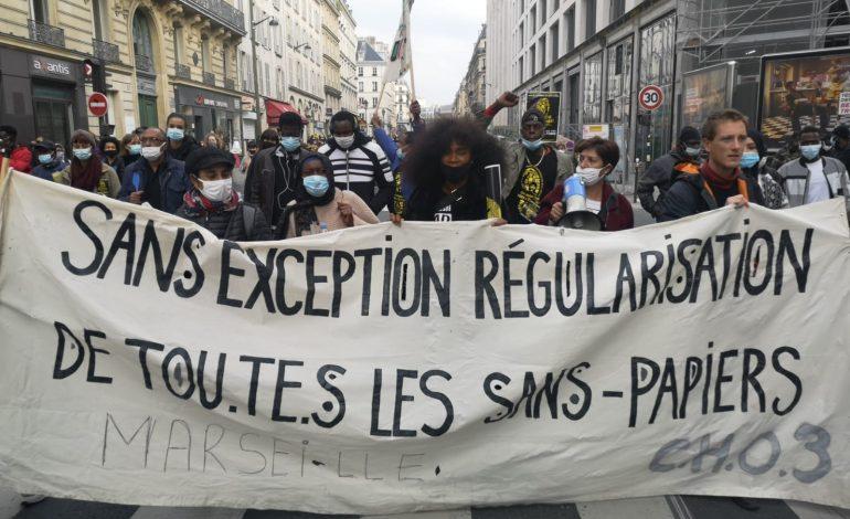 Des milliers de sans-papiers manifestent à Paris pour réclamer leur régularisation
