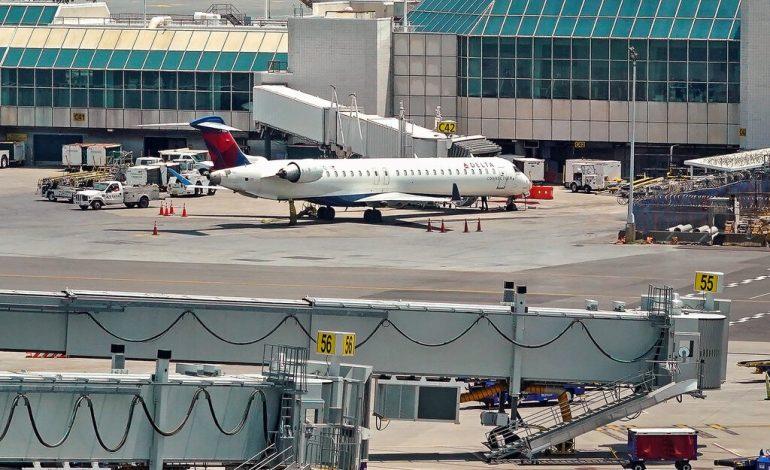 Deux passagers et leur chien sautent de l'avion juste avant le décollage à New York