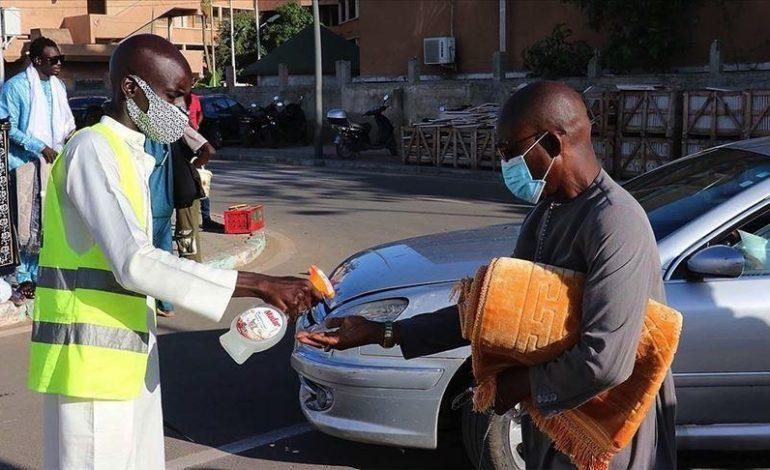 De riches marabouts organisent la charité rituelle pour aider les victimes économiques du Covid-19