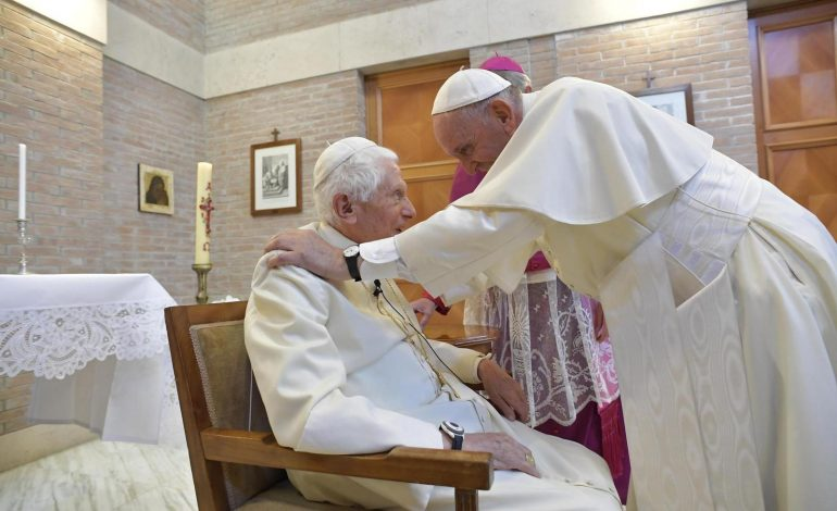 Le pape François, 84 ans, et le pape émérite Benoît XVI 93 ans ont été vaccinés