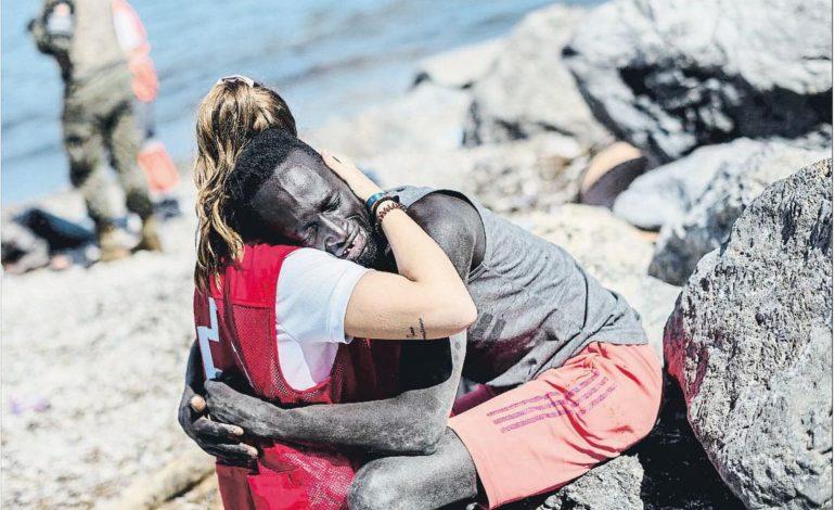 """Une bénévole espagnole harcelée pour avoir réconforté un migrant sénégalais: """"Cette étreinte a été sa bouée de sauvetage"""""""