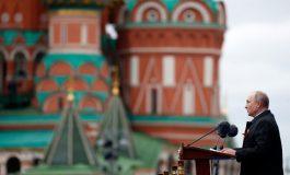 """La Russie défendra """"fermement"""" ses interêts, proclame Vladimir Poutine"""