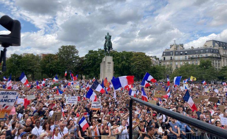Des manifestations anti-restrictions partout dans le monde