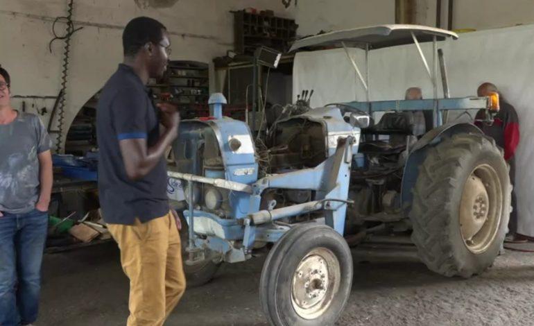 Des agriculteurs solidaires du Millavois dans l'Aveyron retapent des vieux tracteurs pour aider des paysans de la région de Kaolack
