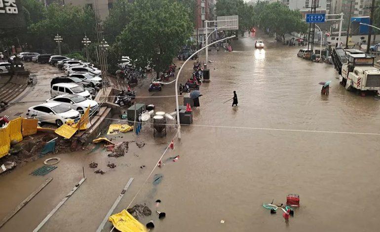 Les intempéries record font au moins 16 morts, le métro de Zhengzhou (Chine) inondé