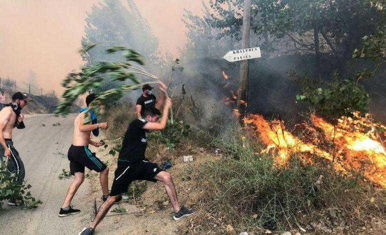 Pompiers, militaires et civils en lutte contre les incendies meurtriers dans le nord de l'Algérie