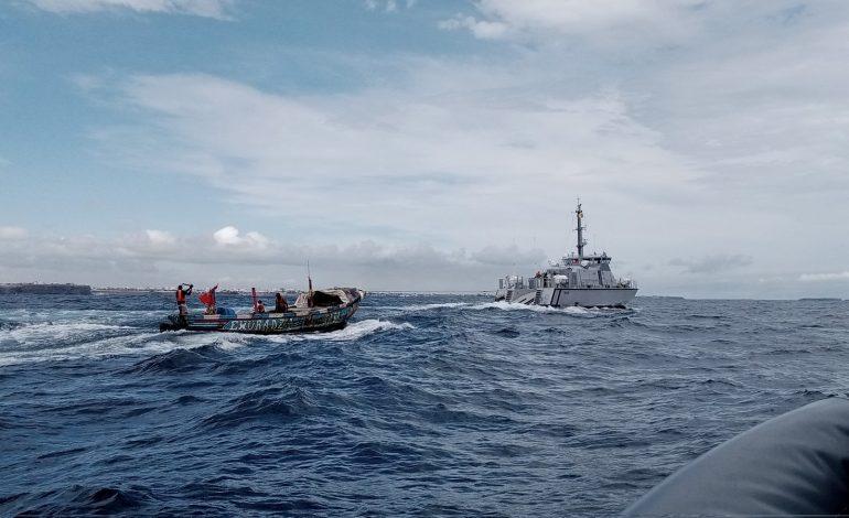 La Marine nationale vient au secours de 11 personnes et repêche un corps sans vie après le naufrage d'une pirogue