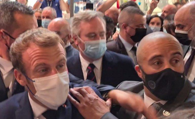 Emmanuel Macron se prend un œuf lors de son déplacement à Lyon au Salon international de la restauration et de l'hôtellerie